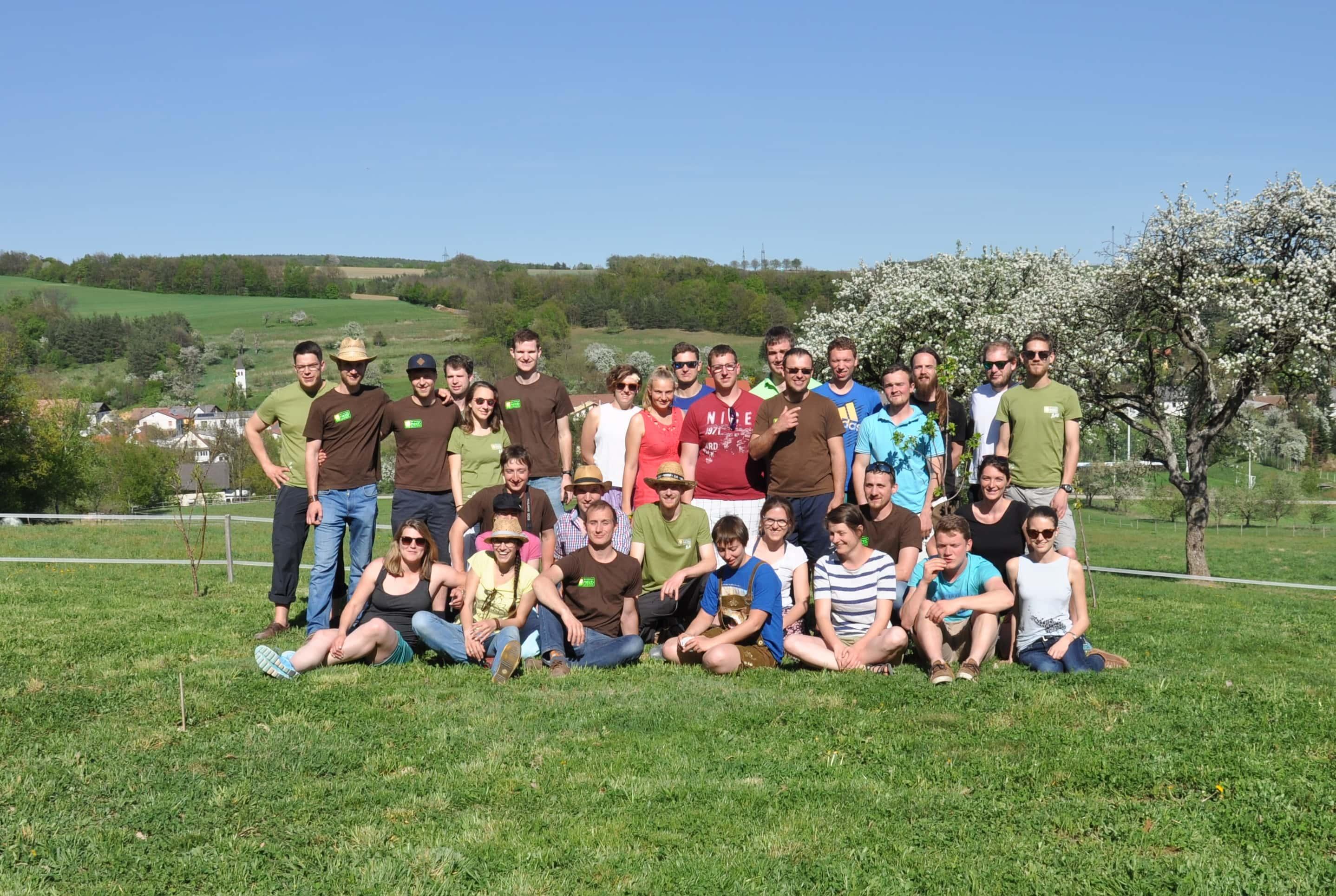Gruppenbild der jungen BIO AUSTRIA Generation im Zuge der Bundesexkursion auf der Wiese