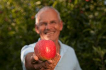 Biobauer Loidl mit Apfel in der Hand