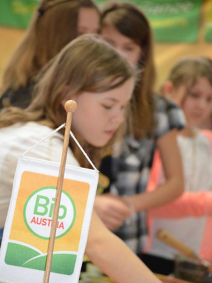 BIO AUSTRIA Logo im Vordergrund und dahinter Kinder