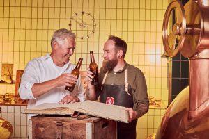 Zwei Männer beim Bier Verkosten