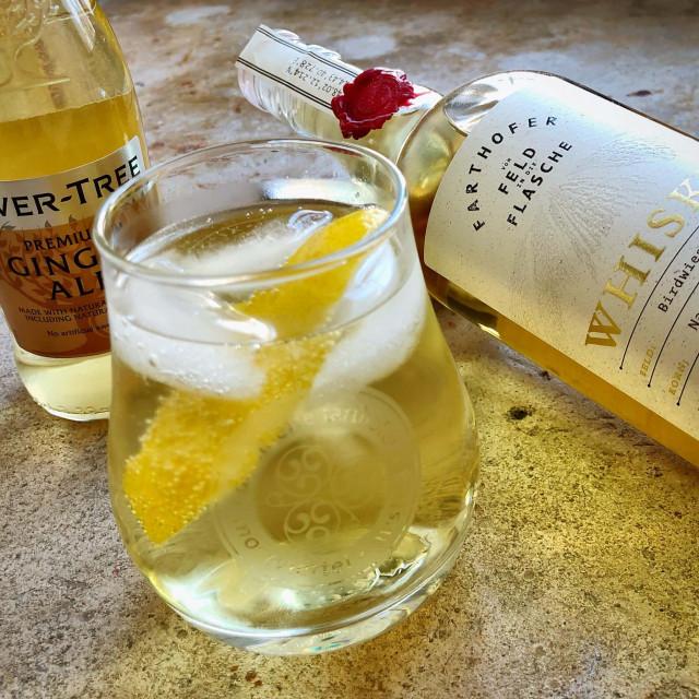 Whisky Mischgetränk im Glas mit Zitrone