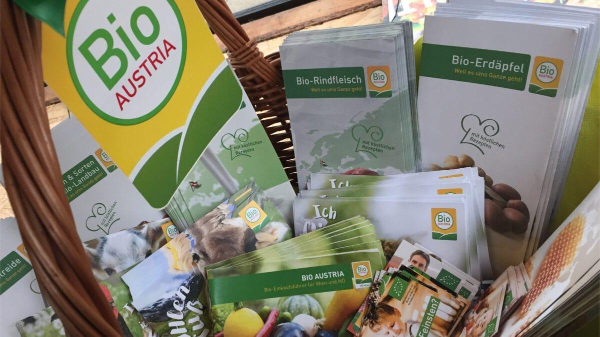 Ein Korb mit Broschüren und Postkarten von BIO AUSTRIA.