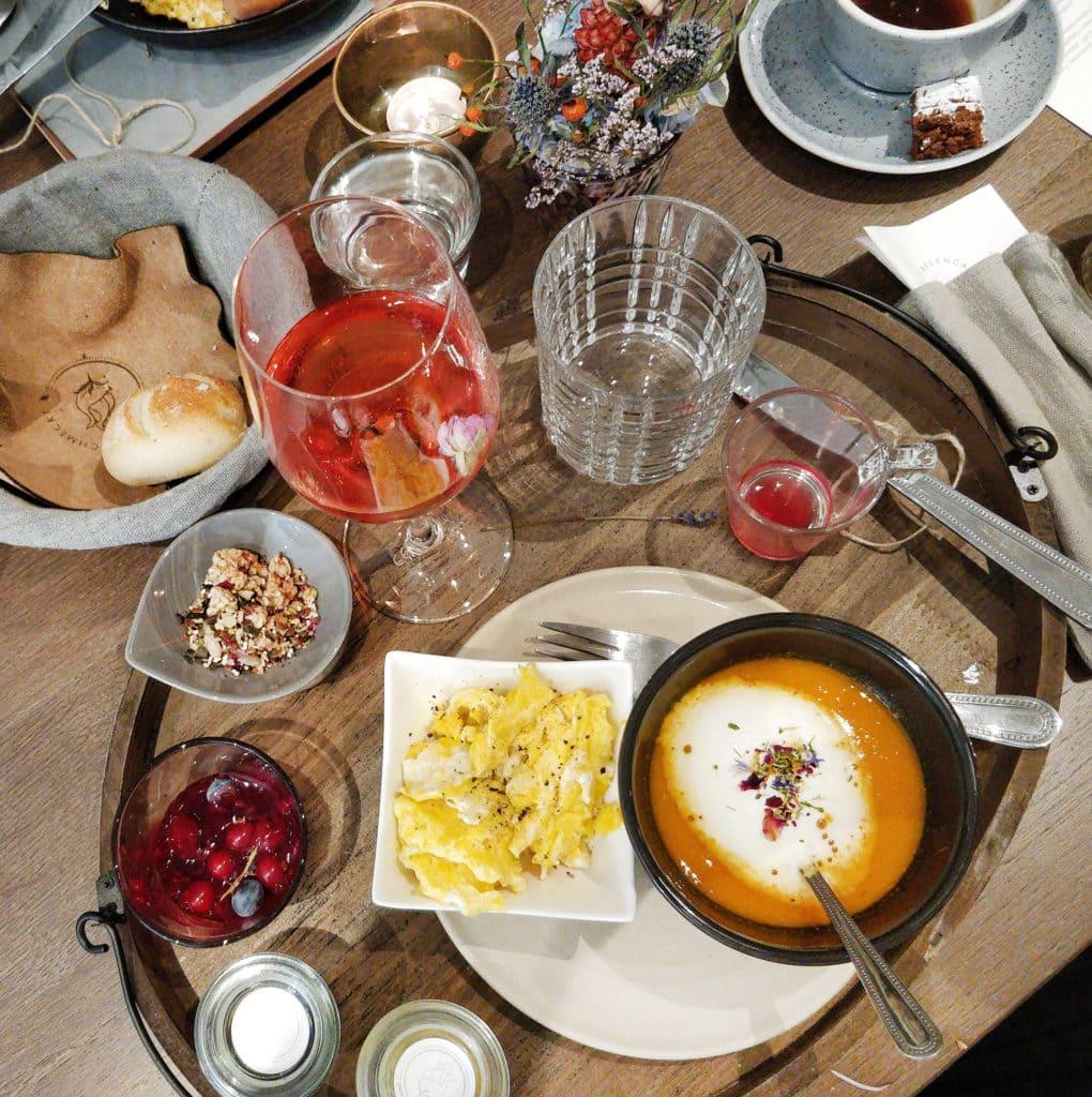Suppe und Eierspeis im Rahmen des Rosenfrühstücks
