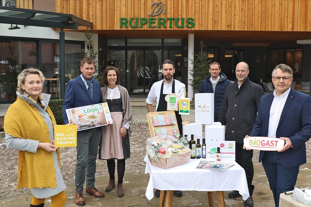 Gewinnübergabe an das Biohotel Rupertus