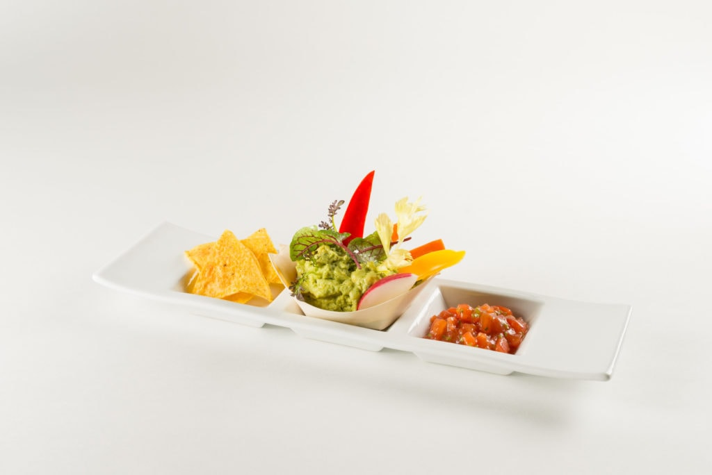 Würzige Guacamole gespickt mit Chicorée Romana und Radicchio dazu Tacos
