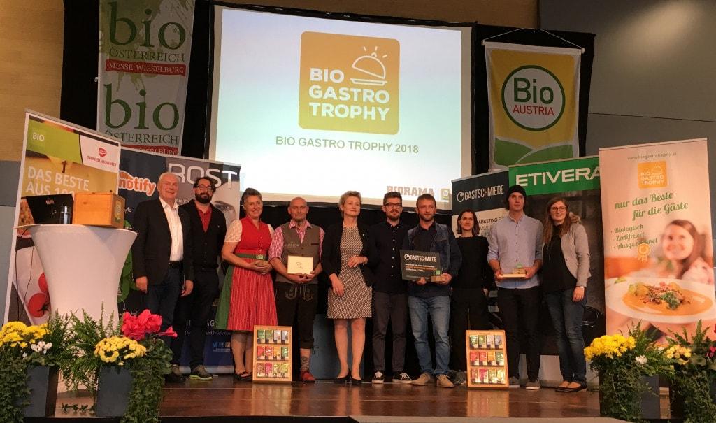 Gruppenbilder aller Gewinner der BIO GASTRO TROPHY 2018 auf einer Bühne. Die Verleihung fand statt bei der Messe Bio Österreich in Wieselburg (NÖ).
