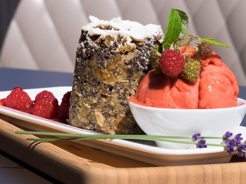 Kuchen mit Erdbeereis