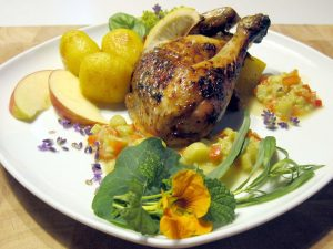 schön dekoriertes Essen, Kräuterhuhn