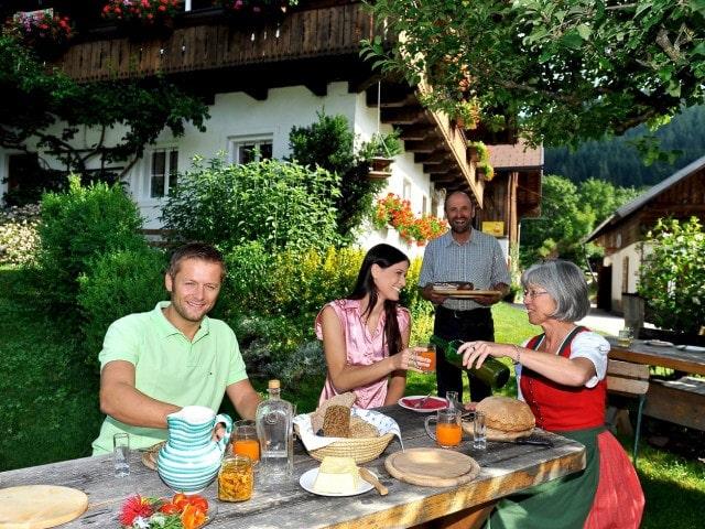 gemeinsamens Essen beim Uraub am Bauernhof