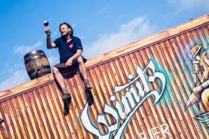 Ein Bier am Dach genießen