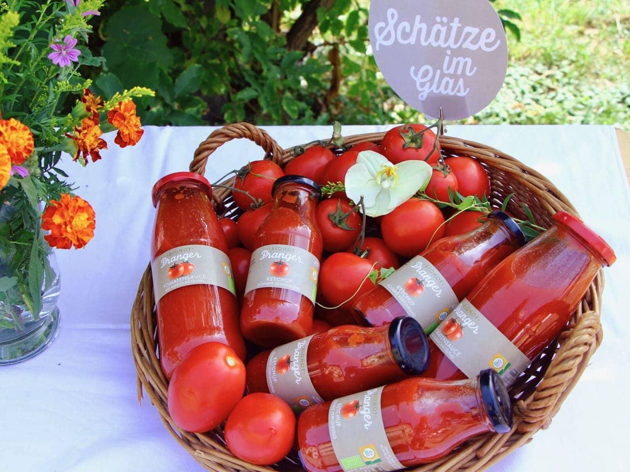 Korb mit Tomatensäften