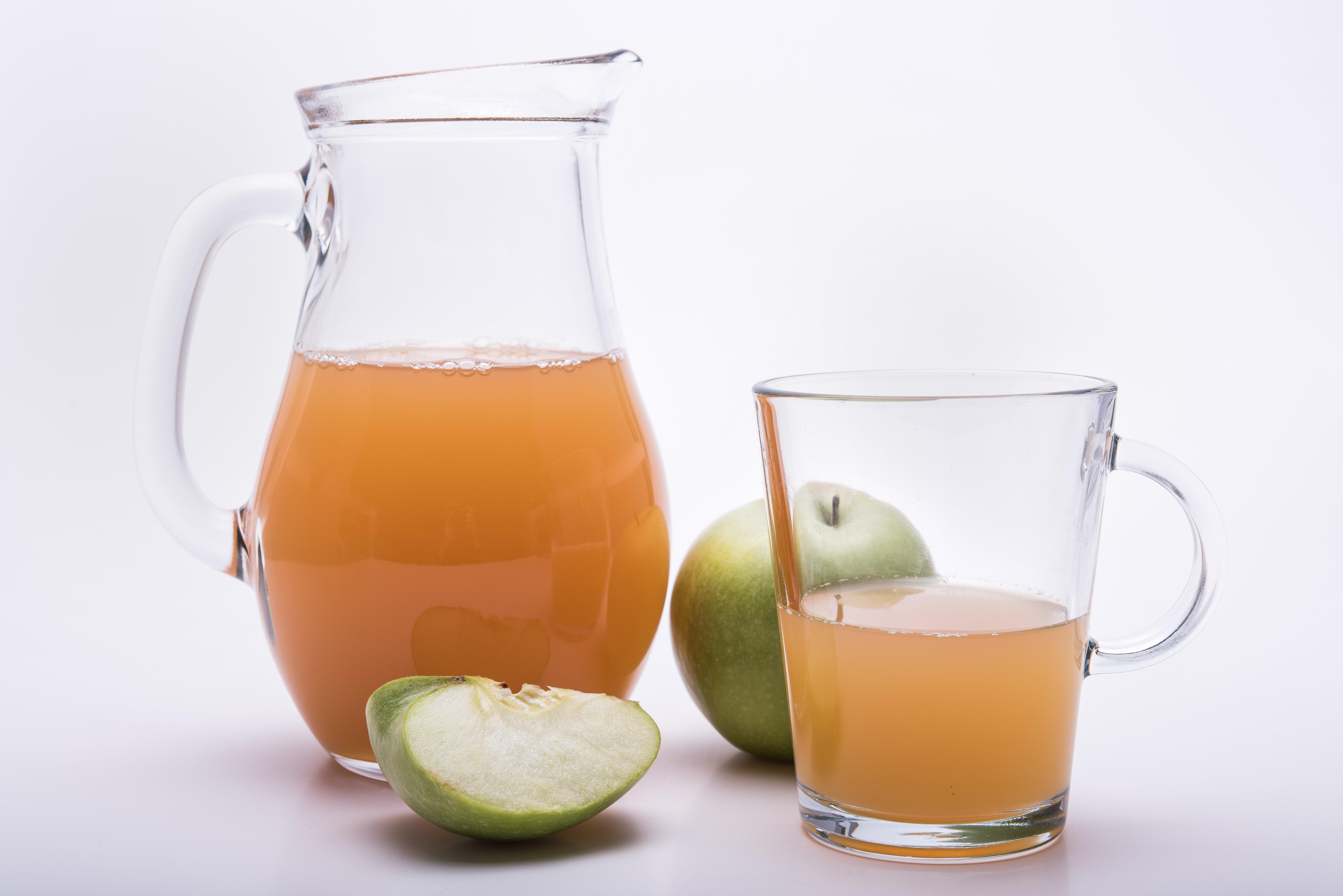 trüber Apfelsaft in einer Karaffe und in einem Glas