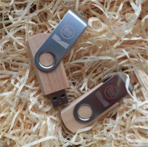 Bild von USB-Sticks auf Stroh.