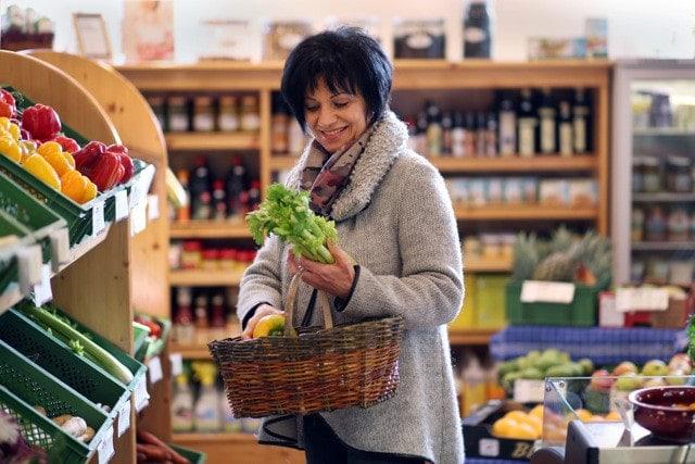 Frau beim einkaufen von Gemüse