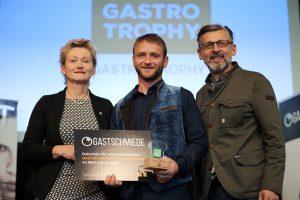 Der Gewinner der Bio Gastro Trophy Günter Hansinger mit BIO AUSTRIA Obfrau Gerti Grabmann und BIO AUSTRIA NÖ und Wien Obmann Otto Gasselich.