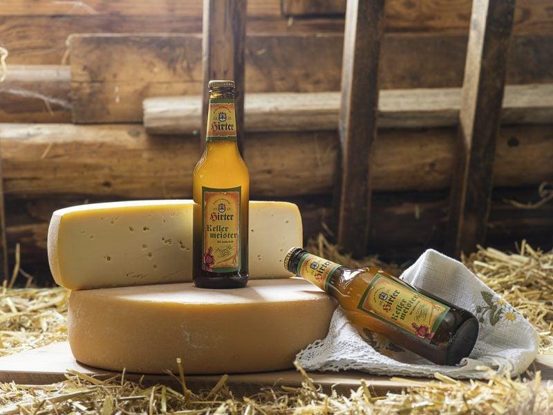Hirter Kellermeister Bier steht auf einem Käselaib