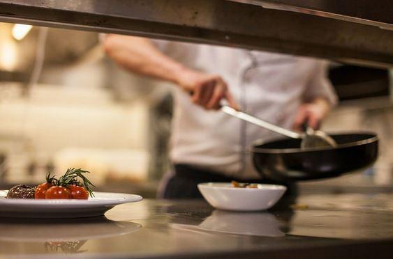 Ein Gericht wird in einer weißen Porzellanschale angerichtet
