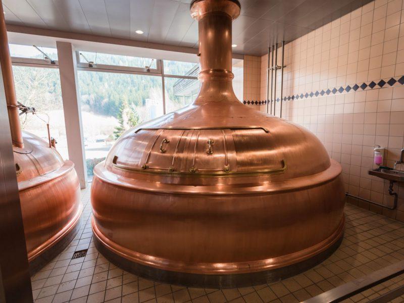 Kupferfarbener Braukessel der Brauerei Hirt