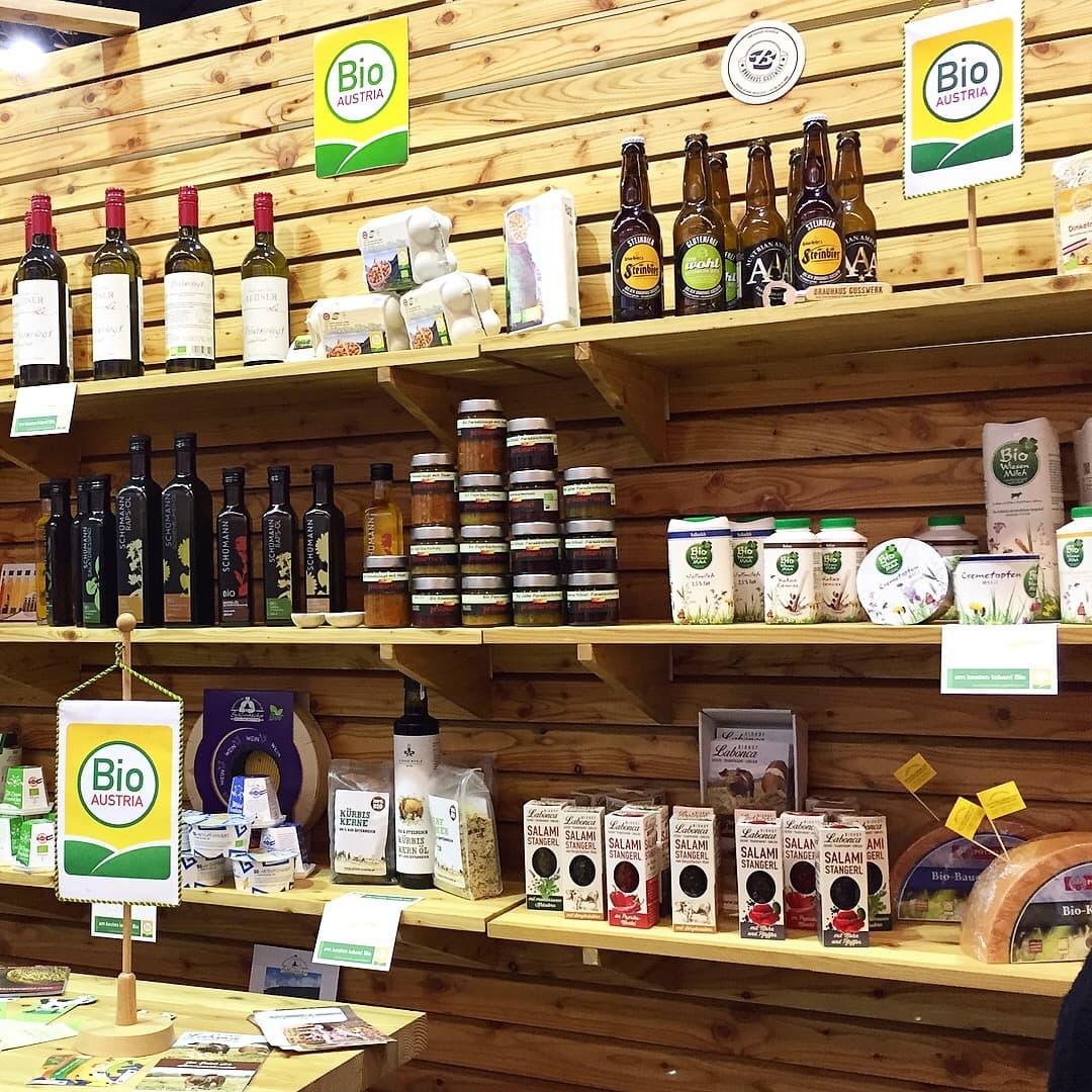 Bio-Produkte im Regal beim Infostand auf der Weltleitmesse für Bio, der BIOFACH 2018.