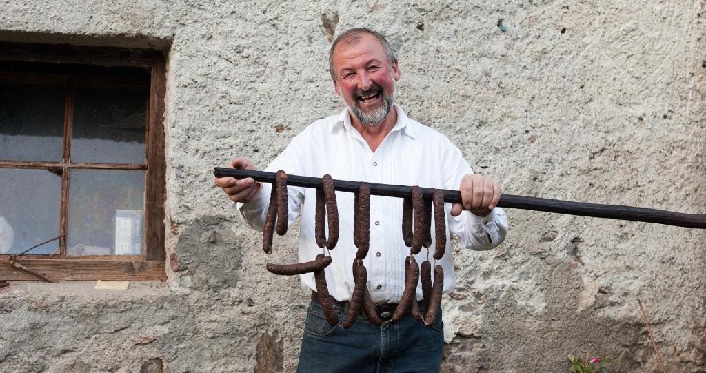 Bauer mit Würsten auf Stange