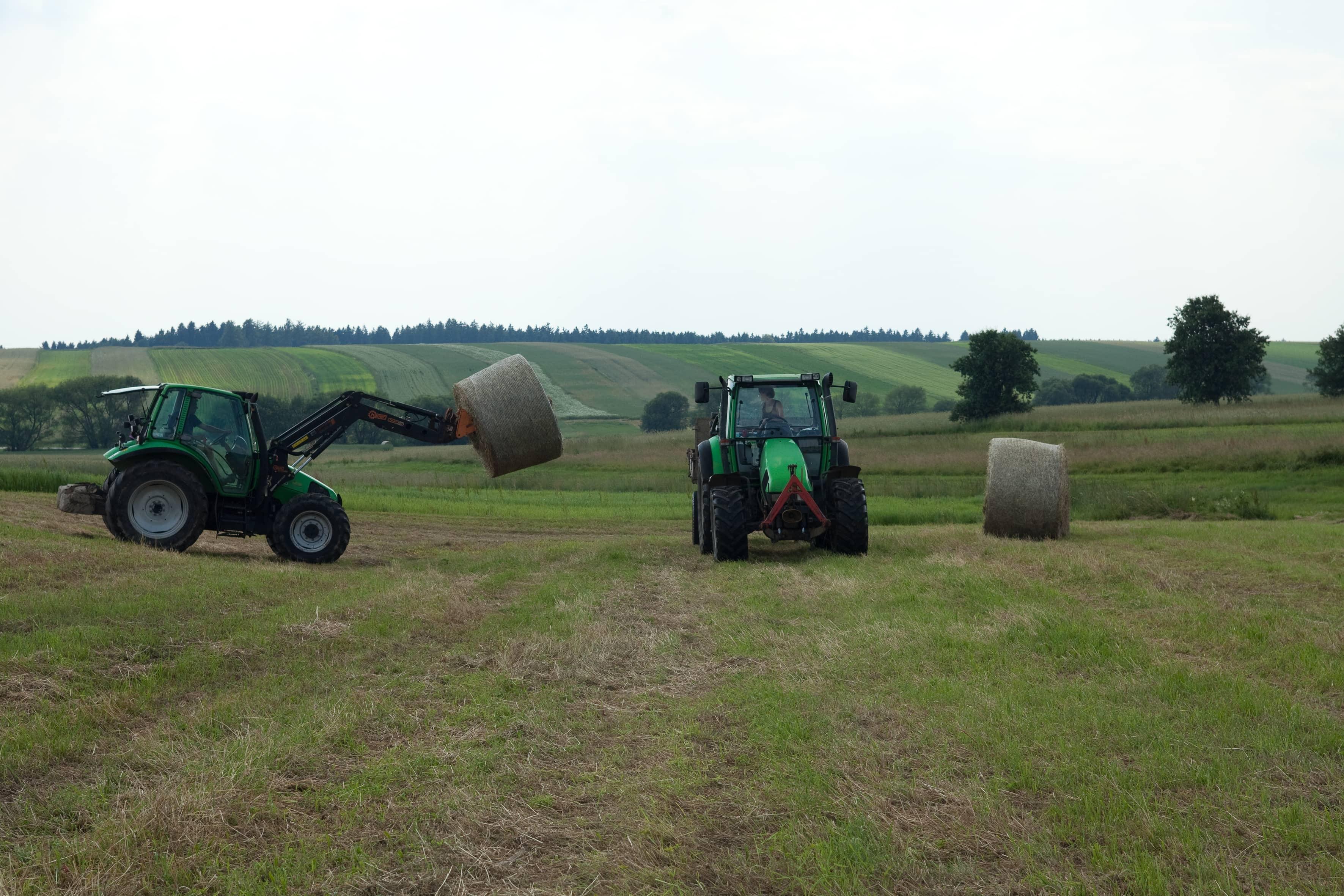 Bauern beim heimbringen der Strohballen