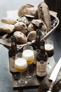 Bierflaschen und gefüllte Biergläser